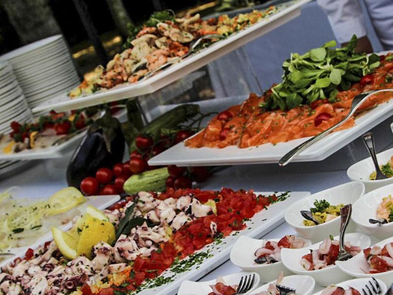 Siete tipos de comida que no querrá servir en su boda