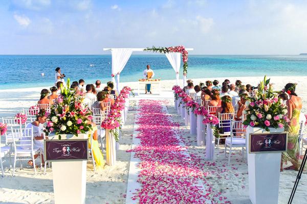 Decoración minimalista de boda en la playa con flores