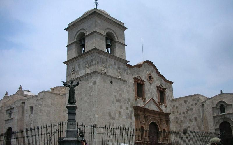 Iglesia de San Francisco en Arequipa, ideal para contraer matrimonio religioso.