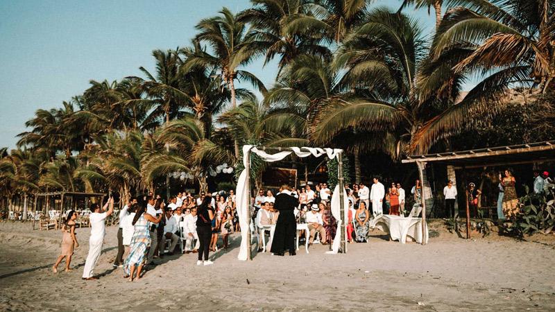 Una boda elegante en la playa al atardecer