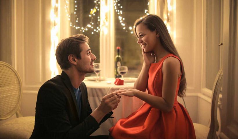 El anillo de compromiso en una cena romántica